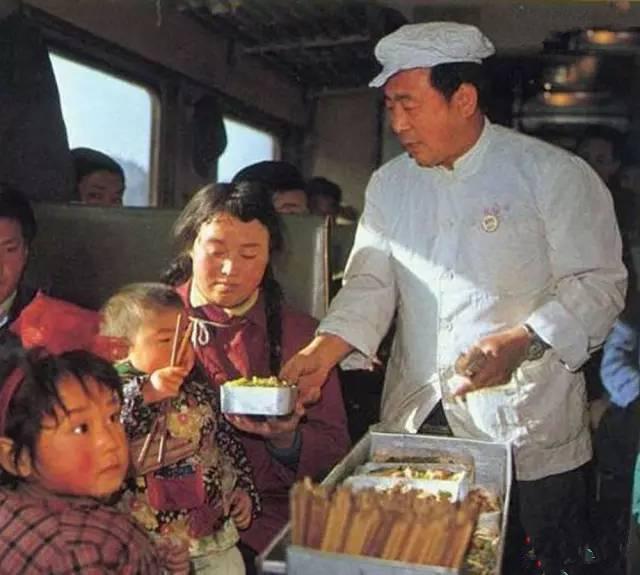 你能想到30年前的火车盒饭卖多少钱吗?只要3毛!据一位陕西的老摄影师回忆,那时候的饭菜一般装在铝制饭盒里出售,热腾腾的大米饭,浮头盖浇着猪肉炒莲花白,油汪汪香喷喷的。因为不需要用粮票购买,一般列车员推出来一车没等吆喝,很快就卖完了。(图片来自腾讯网、新华网、东方网)