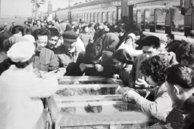 以前火车开的慢,停的长。到了德州不下车买个扒鸡吗?而南下火车一进入广州境内,韶关站的煲仔饭几乎是每个打工仔打工妹的必吃。上世纪80年代,一辆列车在经过山东暂停时,旅客下车购买德州扒鸡。(图片来自腾讯网、新华网、东方网)