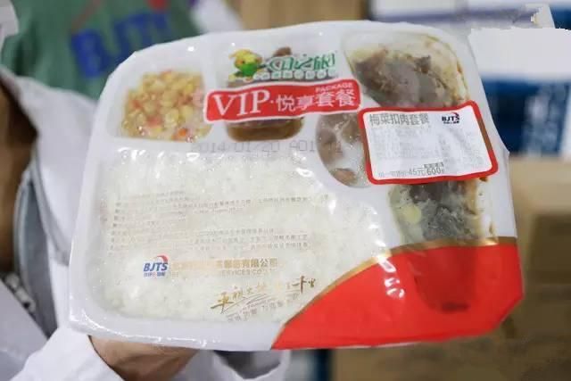 盒饭的质量和价格却一直受人诟病。不少旅客都曾遇到过一辆小车来回几趟,盒饭价格也跟着变化几遍的经历。往往是新出锅的热盒饭,30-40元;转一圈回来变成了20元;最后盒饭凉了,变成10元出售。图为刚出炉的梅菜扣肉套餐,可保质3个月,标价45元,但隔着塑料膜可以清楚地看到,其实只有两三片肉。(图片来自腾讯网、新华网、东方网)