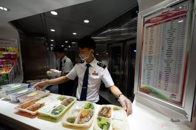 """2014年成都至上海虹桥的动车上,餐车服务员在""""川味餐吧""""里为旅客准备具有川味特色的午餐。(图片来自腾讯网、新华网、东方网)"""