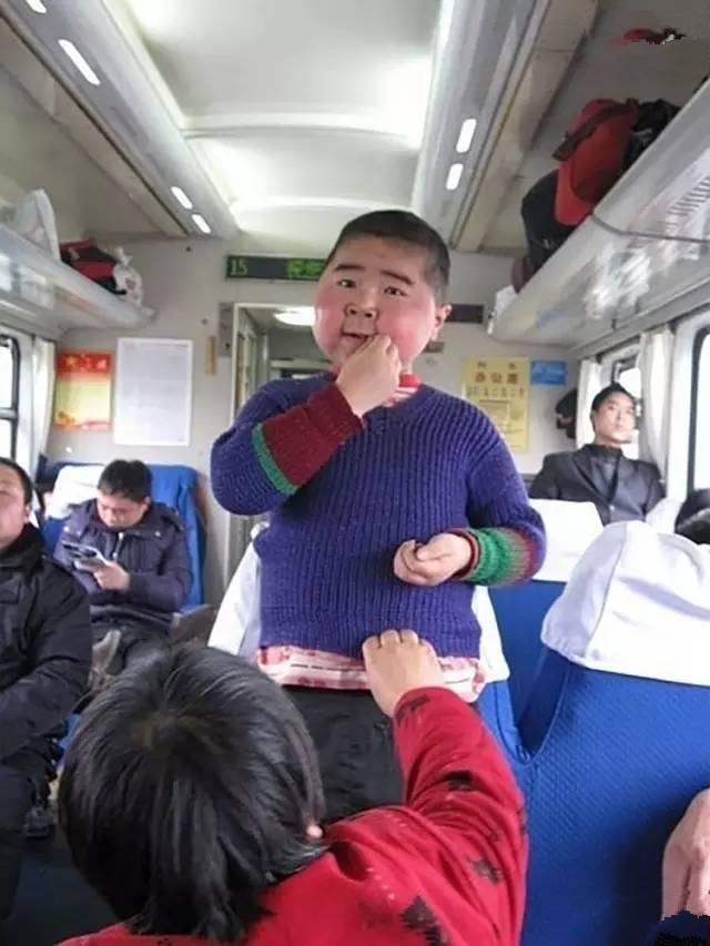 瓜子是旅客打发无聊的必备神器。图中这个小胖墩,站在座位上,鼓起腮帮子嗑瓜子,让人忍俊不禁。(图片来自腾讯网、新华网、东方网)