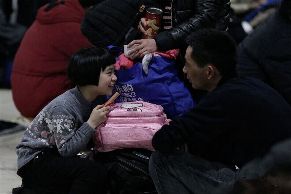 妈妈给的火腿肠。(图片来自腾讯网、新华网、东方网)