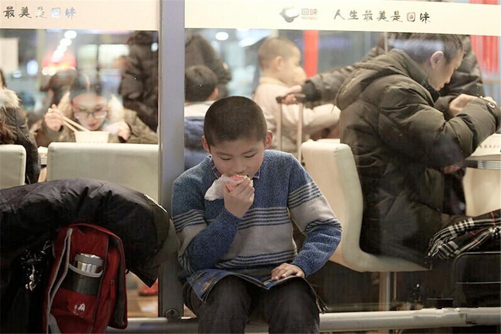太累了,坐下啃口苹果。(图片来自腾讯网、新华网、东方网)