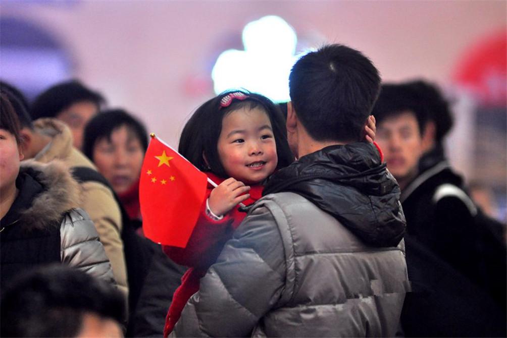 父亲的肩头是最温暖的港湾。(图片来自青岛新闻网)