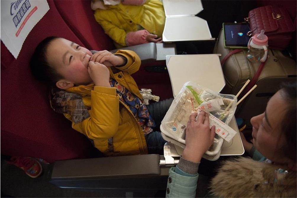 2月2日,杭州东至合肥南的G9463次高铁增开列车上,4岁的袁晨恩和7岁的姐姐一起跟随在宜兴工作的妈妈回安徽合肥老家过年。春运临客是春运中的一种增开列车。以往,春运临客被贴上了绿皮车、速度慢、拥挤等标签。近年来,随着高铁线路的建设,越来越多的高铁和动车组加入了春运临客服务行列。  (图片来自新华网)