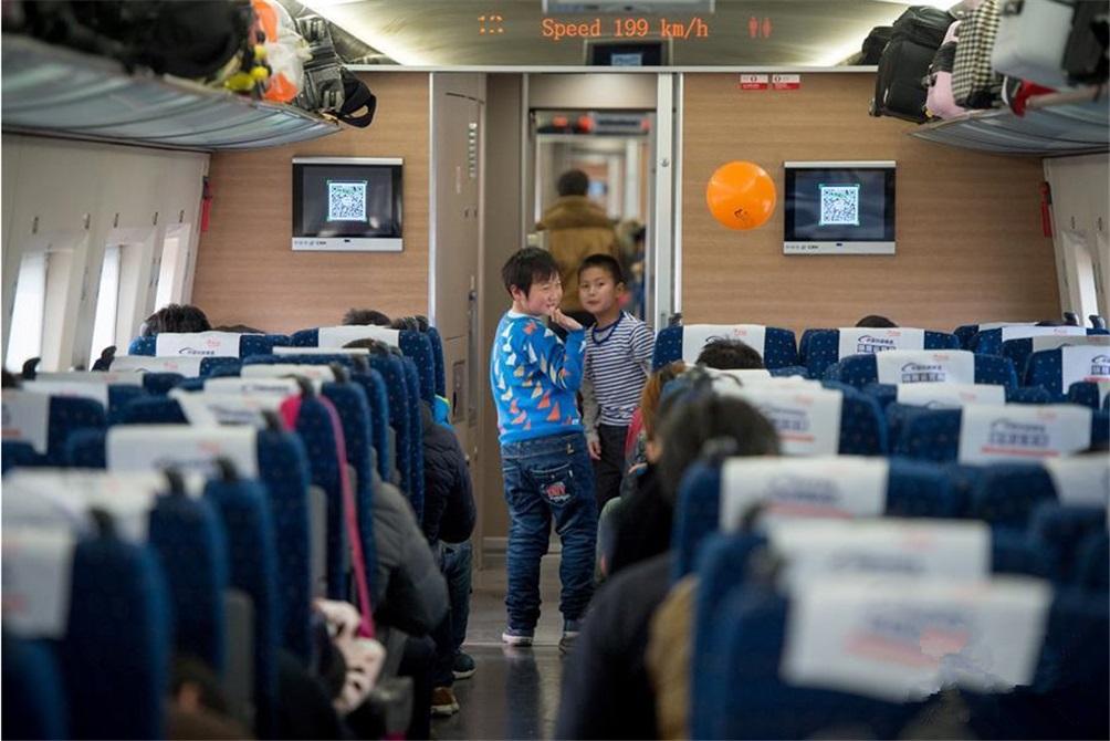和家人回湖北过年的赵梦轩(右)和刚在火车上认识的回安徽六安过年的小伙伴汪海洋一起玩耍。(图片来自新华网)