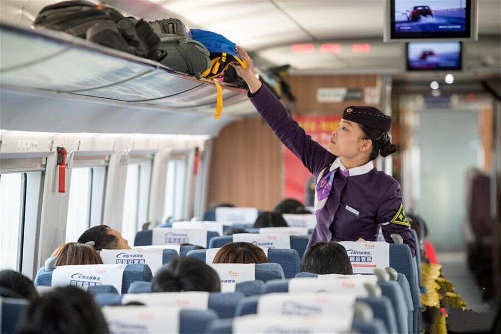 列车长许程程在整理旅客行李。春运临客是春运中的一种增开列车。(图片来自新华网)