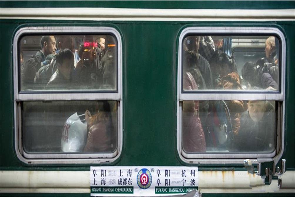 2014年1月21日深夜,上海开往阜阳的L8572次临客绿皮列车停靠在无锡站。春运临客是春运中的一种增开列车。(图片来自新华网)