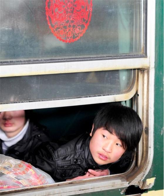2010年2月19日,安徽阜阳火车站站台上的一辆临客绿皮车内,旅客在等待发车。(图片来自新华网)