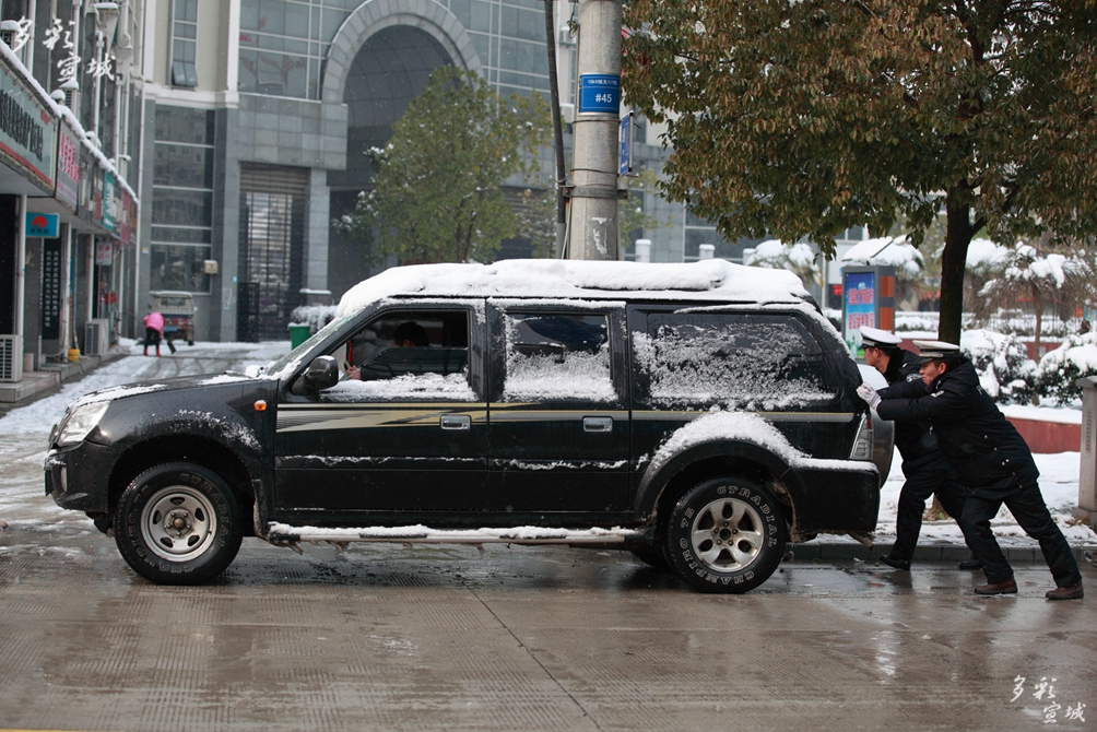 雪后街头安全助你行 江建兴摄