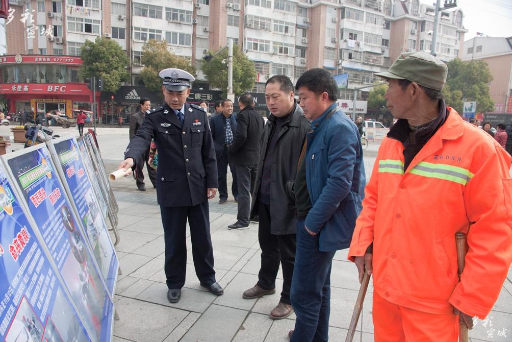 交通安全街头宣传(3月21日,广德大队春季交通安全宣传) 陈利敏摄