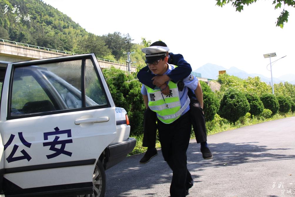 大爷我们送你回家 (绩溪交警在巡逻途中发现一名腿脚受伤老人,民警背上老人至警车,并送他回家)方传华摄