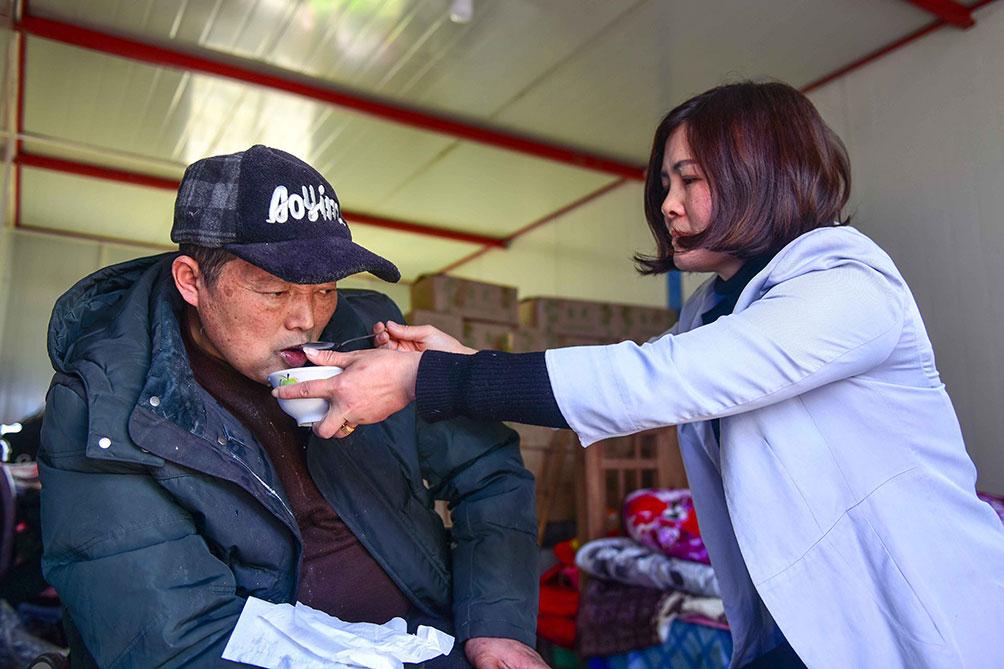 2005年,对于胡晓萍而言,命运将她推到无路可退的地步。丈夫因车祸导致瘫痪,丧失所有行为能力,当时36岁的胡晓萍面对家中瘫痪的丈夫,高龄的老爷子,正在上高中的儿子,她无法选择出外打工,也为她以后的创业打下基础。