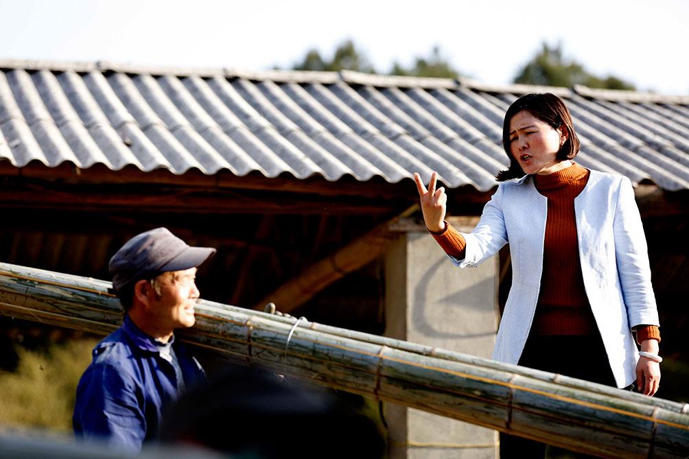 2008年,一次偶然的机会,胡晓萍来到了宁国竹木加工市场,发现了竹子的巨大商机,联想到自己家乡的特色毛竹,决定在竹子市场里冲一冲。说干就干,回到家里联系人,把竹子拉到了宁国贩卖,赚取其中差价。