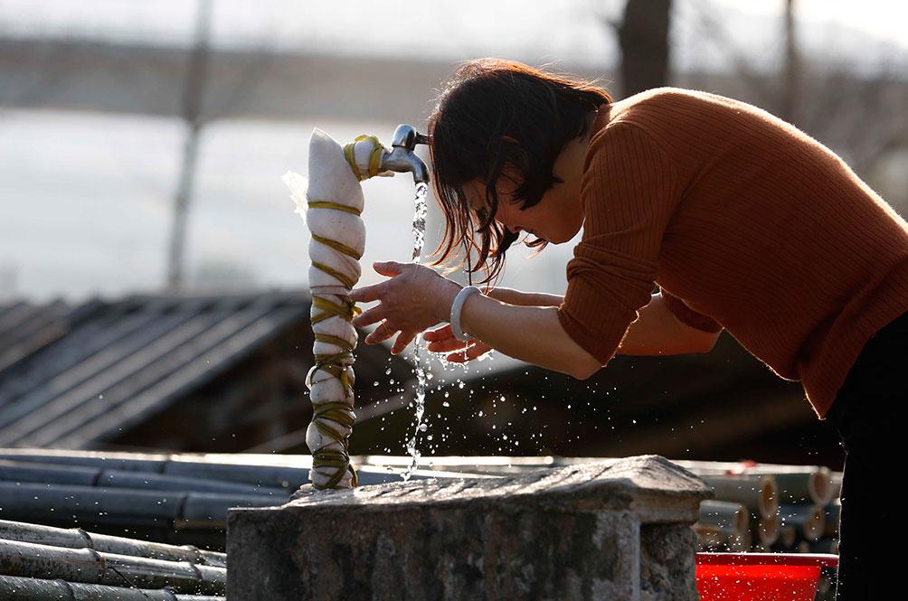 天气热了,胡晓萍都会沿着竹厂转一圈,提醒工人注意安全,一圈一下,身心疲惫的她就会跑到水龙头冲下脸部,让自己清醒些。