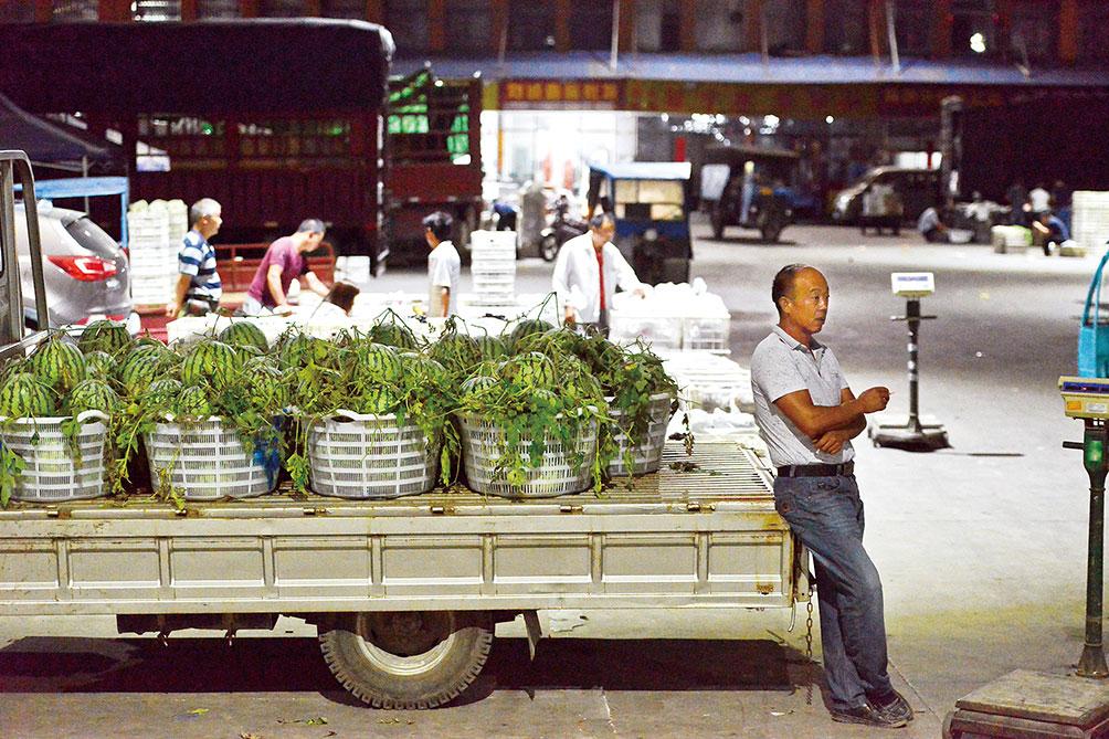 凌晨2点多,仲政武来到市场,等待果贩过来进购他的西瓜。