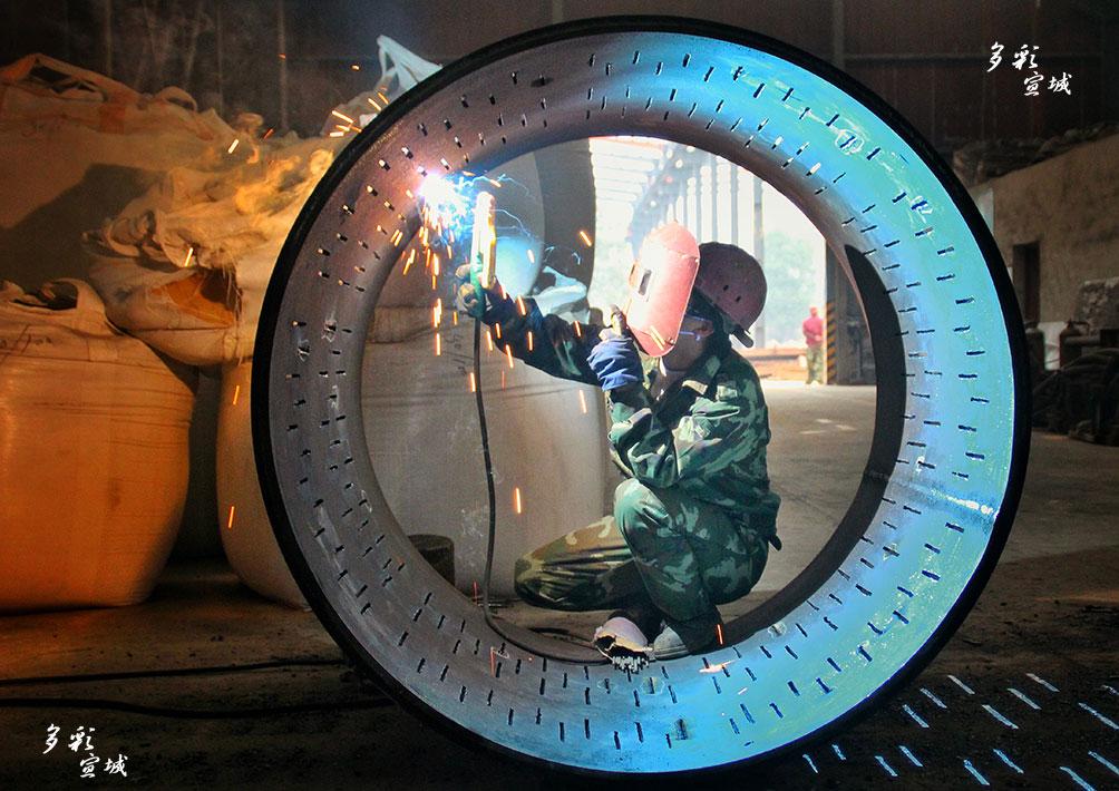 激情四射(电焊工)。