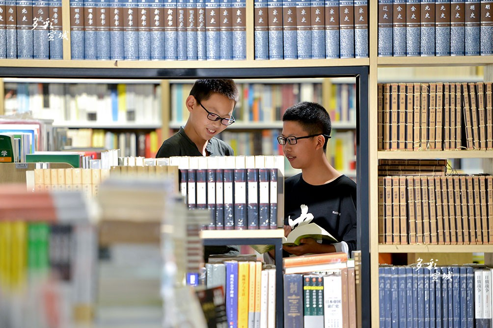 7月來臨,進入暑假。日前,記者在我市博愛學堂、矛盾書城、新華書店等處看到,很多小書蟲利用假期徜徉書海,伴著書香過假期。記者 汪輝 攝