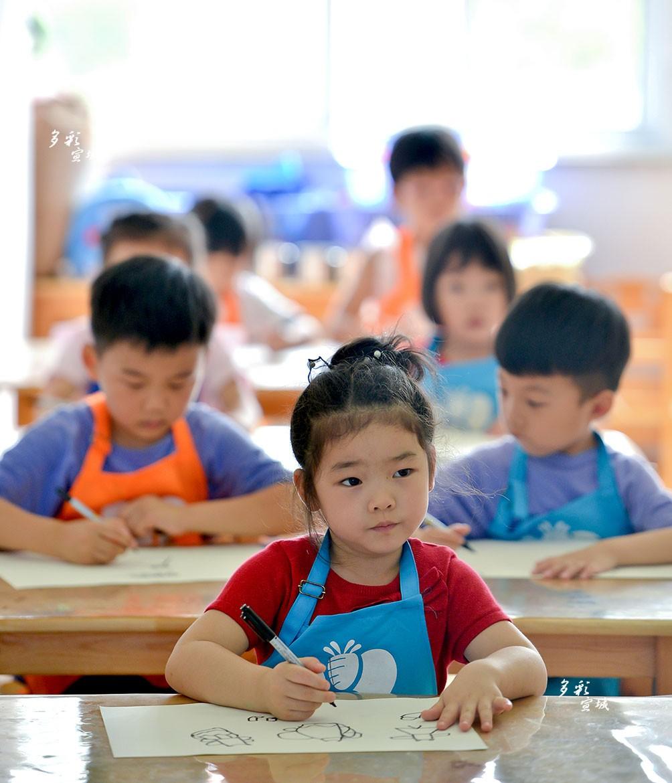 图为小朋友们在绘画。