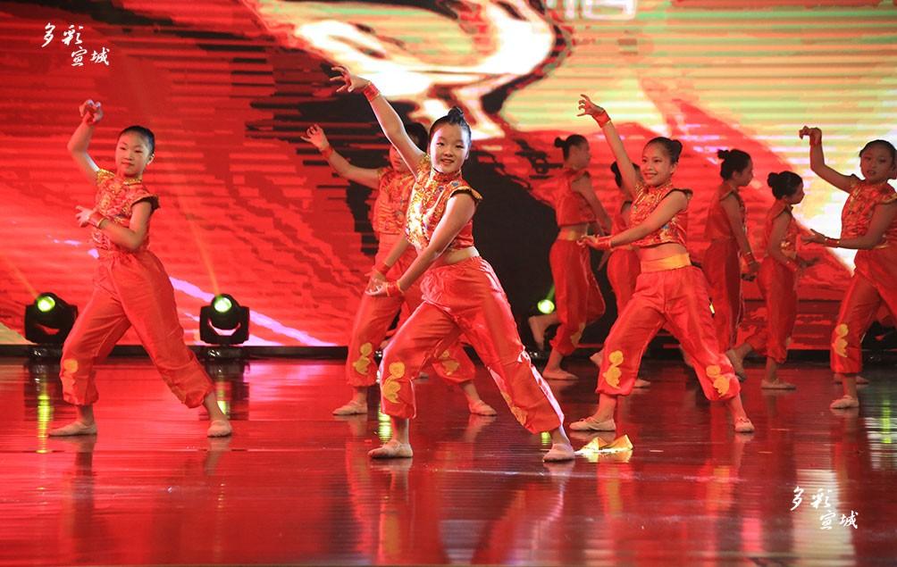 """7月9日下午,由市文联、市舞蹈家协会联合主办,市瑞丽舞蹈艺术学校承办,市民办教育协会协办的""""劲舞迎国庆""""活动在宣城中学礼堂激情上演。展演中,来自全市各县市区的舞蹈学员用精湛舞技打动了在场观众的心,获得观众一致好评。记者 叶竞文 摄"""