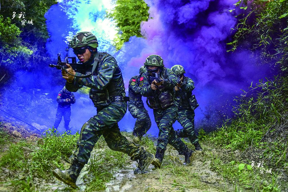 """7月30日,走进东部战区海军某导航台,热火朝天的训练氛围像热浪一般扑面袭来。""""八一""""前夕,战士们大抓军事技能训练,组织开展了一系列实战化演练,他们不畏酷暑,训练热情高涨,用汗水铸就坚韧毅力,彰显勇于拼搏的军人本色。"""