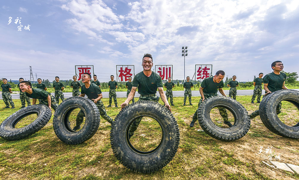 """高温酷暑季,正是练兵时。7月26日,走进武警上海总队执勤六支队驻地,一场实战化综合演练正式拉开帷幕。综合演练中,特战队员们重点围绕山林捕歼、涉水奔袭、战术协同、高空滑降等强度高、实战性强的野外课目训练,锤炼官兵血性意志,提高遂行多样化任务能力,练就打赢制胜的过硬本领,全面提升特战队员在高温环境和复杂条件下的实战能力。今年23岁的蒋盼盼来自陕西商洛,如今是六支队勤务中队的一名战士。""""平时的训练可比这场演练辛苦多了。""""综合演练结束后,他告诉记者,只有平时多流汗,战时才能少流血。因为越是在艰苦的环境下,越能够磨炼强大的意志,也越能够锤炼战斗的作风。"""
