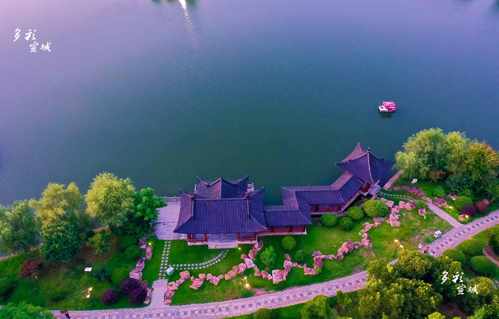 美丽的敬亭湖,仿佛一块碧玉镶嵌在江南诗山脚下。如今的敬亭湖畔,增加了古雅的亭阁、幽幽的石径,市民闲暇之余湖上泛舟,感受的是悠悠时光。特约记者 潘华业 摄