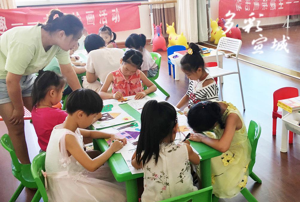 """日前,广德市邱村镇教育服务志愿服务队开展了以""""妙笔绘梦想 炫彩创童趣""""为主题的绘画比赛。比赛中,孩子们尽情发挥自己的才华,把看到的、听到的、想到的美好家园形象用小小画笔呈现出来。谢飞 摄"""