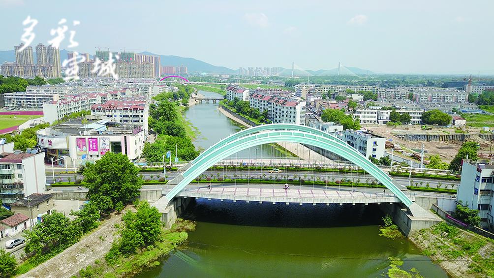 凤凰桥于2006年重建,建成于2007年,采用四榀提篮式梁拱组合结构,全长373.26米,跨径80米,桥两侧各设7.5米宽观光平台,成为宛溪河上美丽的景观大桥。(记者 戴巍 文/图)