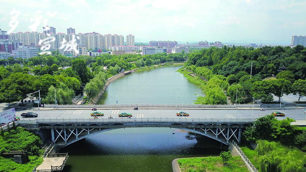鳌峰桥位于鳌峰路跨宛溪河处,建成于1987年,为双曲拱桥,长80米,宽18米。(记者 戴巍 文/图)