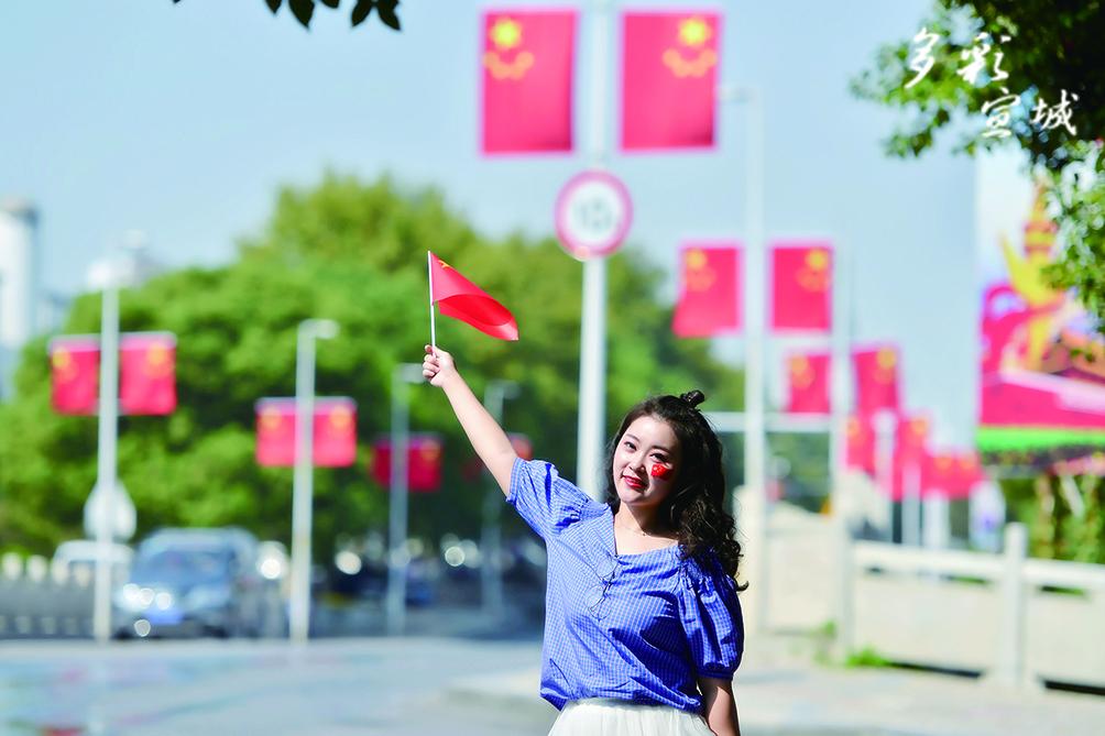一位年輕市民在街頭手舞五星紅旗。記者 汪輝 攝
