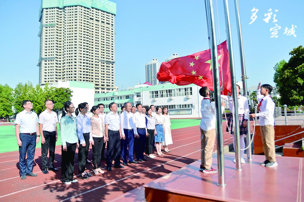 市委宣傳部組織全體黨員干部在市二小與師生們一起參加升旗儀式,同唱國歌。記者 汪輝 攝