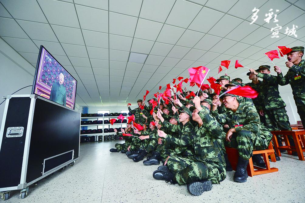 上海武警执勤第六支队官兵收看阅兵式。胡俊雄 记者 戴巍 汪辉 叶竞文 摄