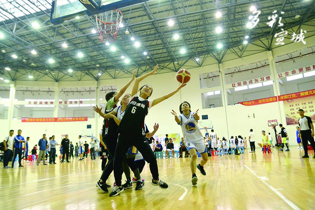 日前,市二届运动会篮球比赛在宣城中学篮球馆点燃战火。经过3天的激烈比拼,最终广德市队、宣州区队分获群体部县市区男子、女子组冠军;市住建局队、市公安局队分获群体部市直单位男子、女子组冠军。记者 汪辉 摄
