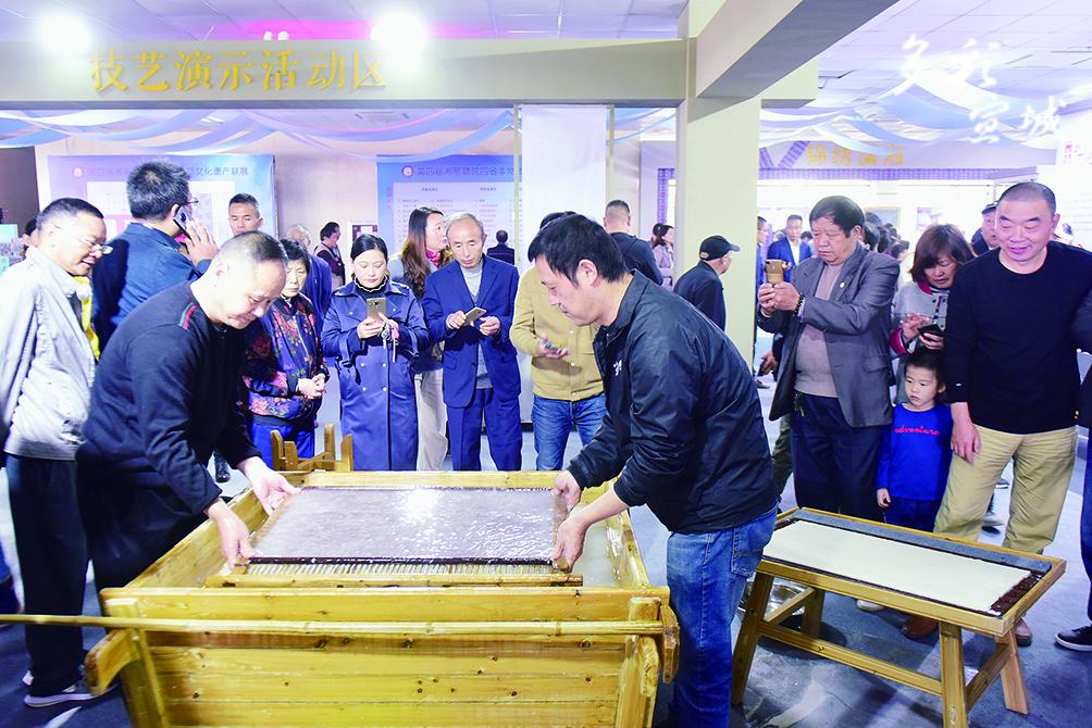 四省非遺聯展上傳統工藝展示宣紙制作。記者 戴巍 攝