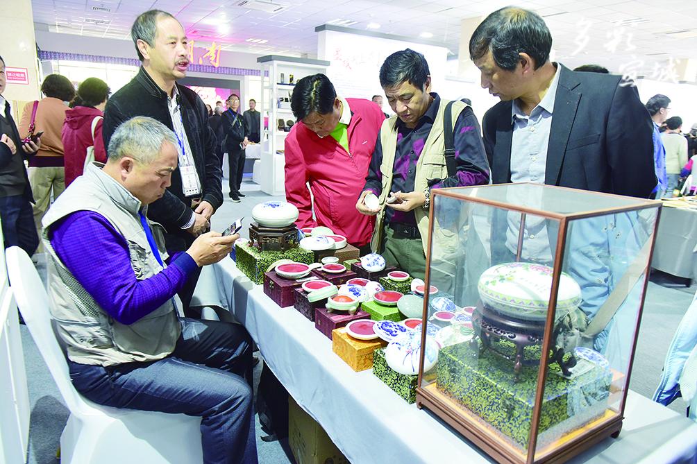 四省非遺聯展上傳統工藝展示印泥制作。記者 戴巍 攝