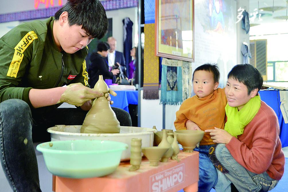 四省非遺聯展上傳統工藝展示陶器手工制作。記者 汪輝 攝