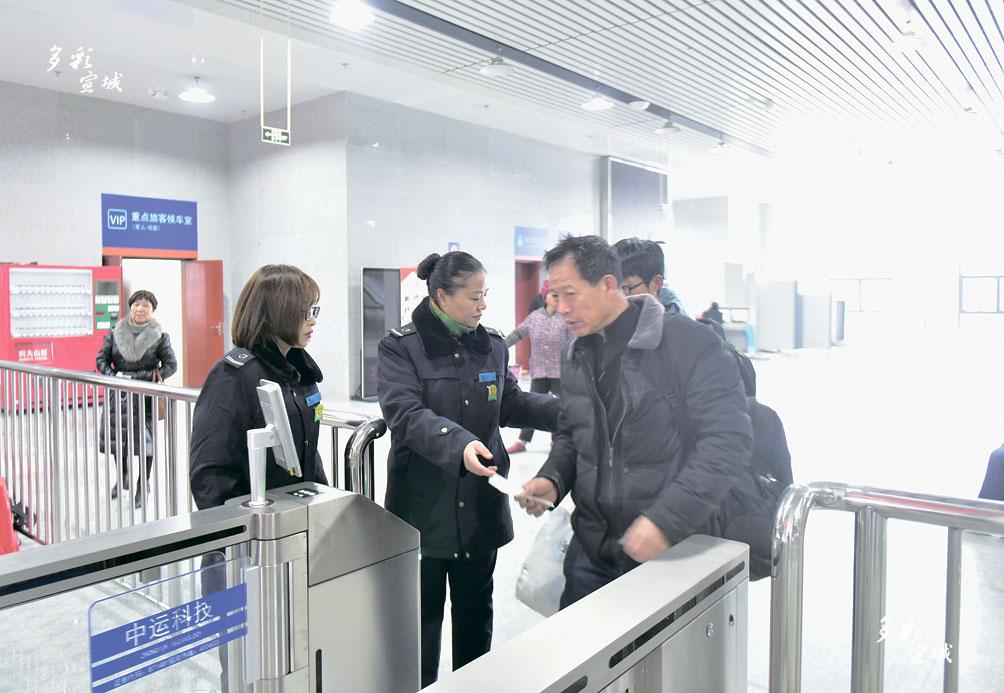 """1月1日,总建筑面积4万多平方米,建设标准为一级客运中心站的新汽车站正式运行。新汽车站启用后集长途、区间、旅客客运、出租客运等运输方式于一体,实现与铁路客运、公交、出租无缝隙""""零距离换乘"""",从而进一步完善城市服务功能,方便旅客出行。 记者 戴巍 摄"""