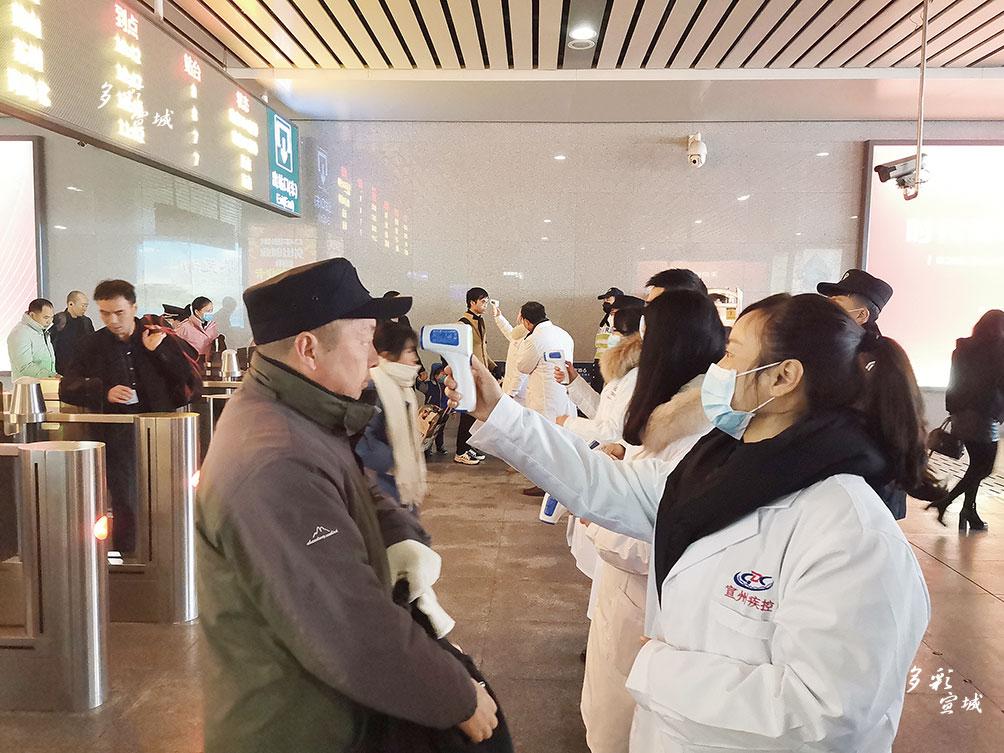 近期,宣城火車站派出所對接市衛健委,安排專門人員對進出站旅客進行體溫測量。 王思遠 全媒體記者 葉競文 攝