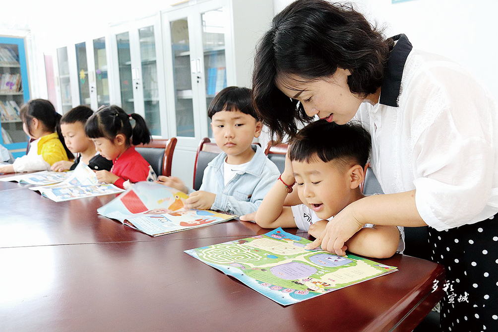 """5月29日中午,郎溪县姚村乡中心幼儿园组织孩子们到乡文广站""""农家书屋"""",开展""""快乐阅读伴成长""""少儿阅读实践活动。""""六一""""儿童节来临之际,郎溪城乡各地均开展了丰富多彩的少儿阅读活动,以书香迎""""六一"""",让""""悦读""""伴成长。特约记者 王祖清  全媒体记者 叶竞文 摄"""