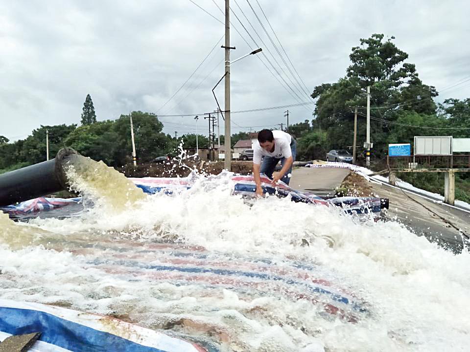 连日来的强降雨,我市各圩区水位大涨,宣州区洪林镇四合圩已全面处于紧急防洪状态。对此,洪林镇紧急部署,动员干部群众上堤防洪,实行24小时监控。图为该镇村干部带头堵缺口。全媒体记者 项嘉 摄