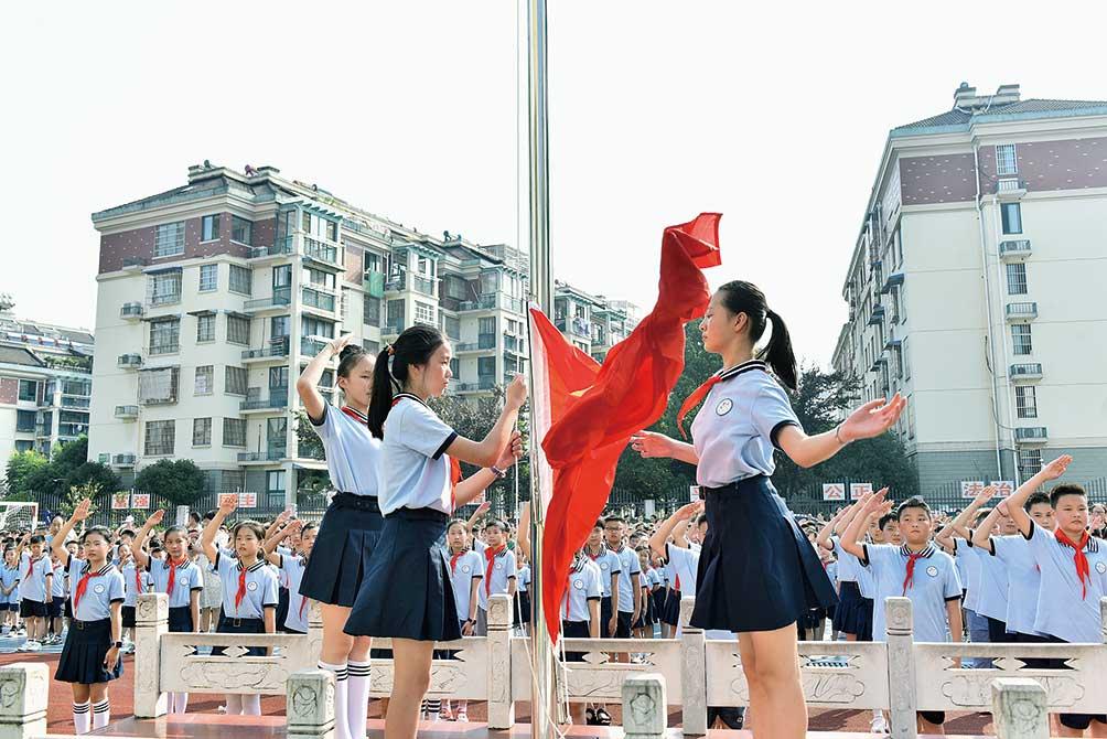 秋阳朗照,开学季如约而至。9月1日,宣城市第五小学的全体师生迎来了新一学年开学典礼。在鲜艳的国旗下,该校举行了新学期第一次升旗仪式。全媒体记者 戴巍 摄