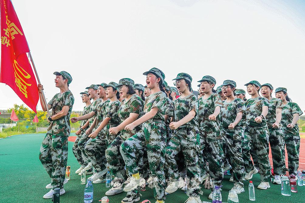 """日前,在泾县中学校园操场上,800余名该校高一新生正在开展为期一周的军训,进入高中""""第一课""""。特约记者 胡承林 摄"""